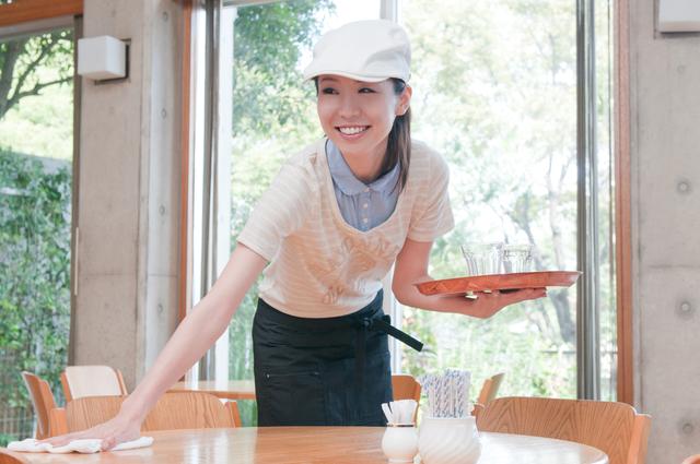 カフェでアルバイトする女性