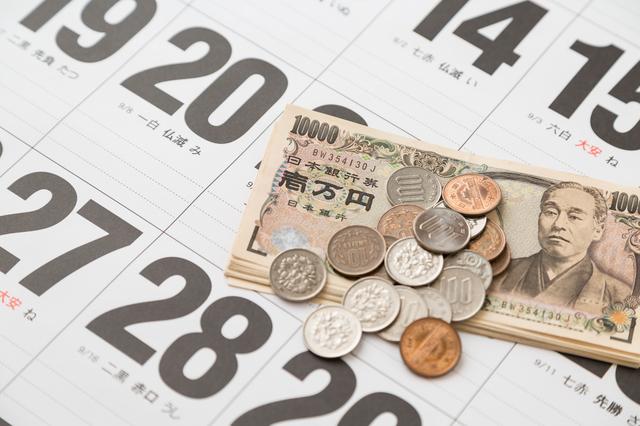 カレンダーの上にお金