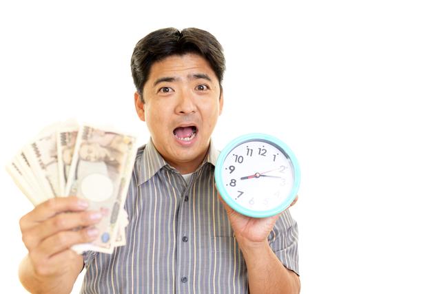 時計とお金を持つ男性