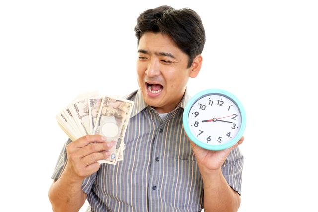 時計と紙幣を持つ男性