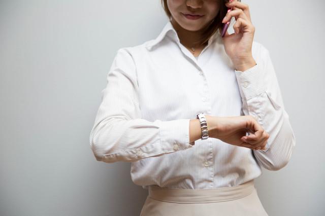 腕時計を気にする女性