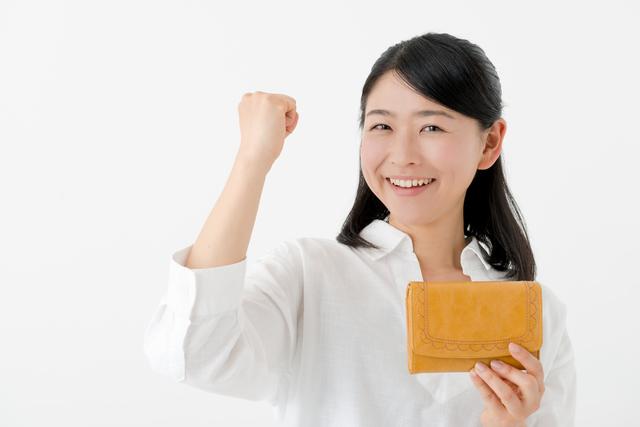 財布を持って喜んでいる女性